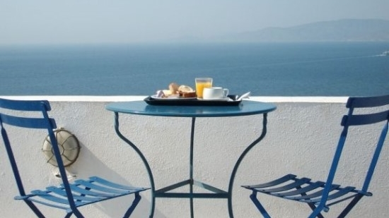breakfast-with-a-view-oia-greece-1152_13222576576-tpfil02aw-8674-e1424831563710.jpg